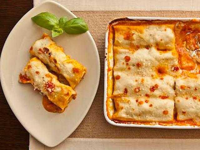 طريقة سهلة وبسيطة لعمل كانيلونى الدجاج والجبنة.. تعرفي عليها