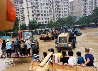 شاهد.. الصين تخلي مدينة بالجرافات والقوارب بعد أن أغرقتها الفيضانات.. فيديو وصور