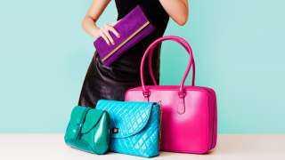 حافظى على إطلالة عصرية.. إليكِ حقائب يد باللون الزهري لصيف 2021