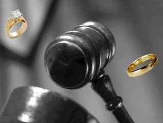 سيدة تصر على الطلاق وتتهم زوجها بسرقة مصوغاتها الذهبية