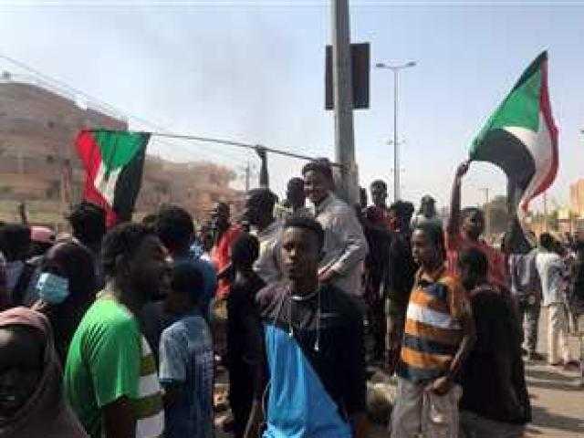 «كرة نار في الخرطوم».. السودان على صفيح ساخن بتحركات عسكرية ودعوات للتظاهر (ردود الأفعال)